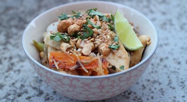 servir le Pad Thaï Bowl au poulet
