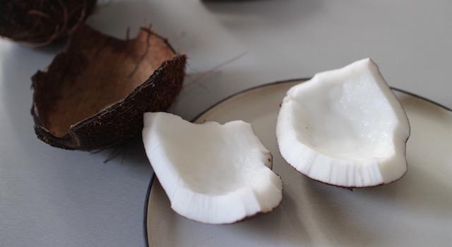 eplucher le noix de coco - Smoothie glacé coco mangue