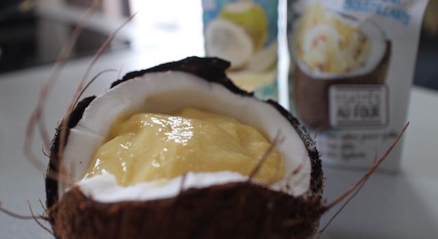 verser le smoothie dans la noix de coco - Smoothie glacé coco mangue