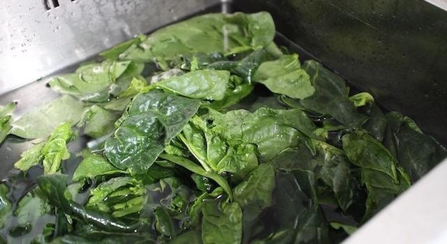 laver les épinards - Courge - épinards - poulet caribéens