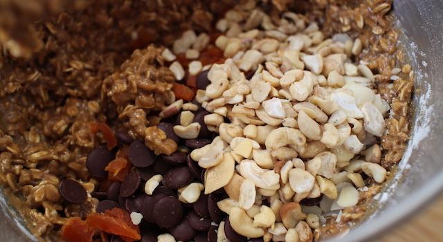 cookies-coco-thini-ajouter-le-chocolat-abricots-secs-et-noix-de-cajou